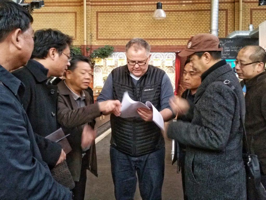 Thomas Forcher im Gespräch mit chinesischen Beamten des SAFEA